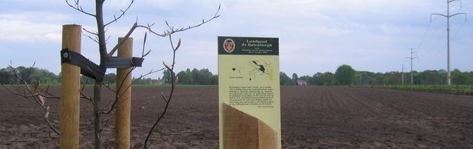 Zicht op het Arresveld, met op de voorgrond de in 2001 geplante lustrumboom,vanaf de noordzijde, op de kruising met de oude spoorlijn (thans wandelpad). E